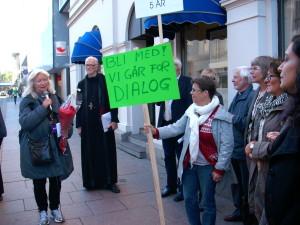 Byvandring: Vi går for dialog! DOTL-leder Anne Grete Spæren Rørvik deler en hilsen utenfor Human Etisk Forbunds lokaler