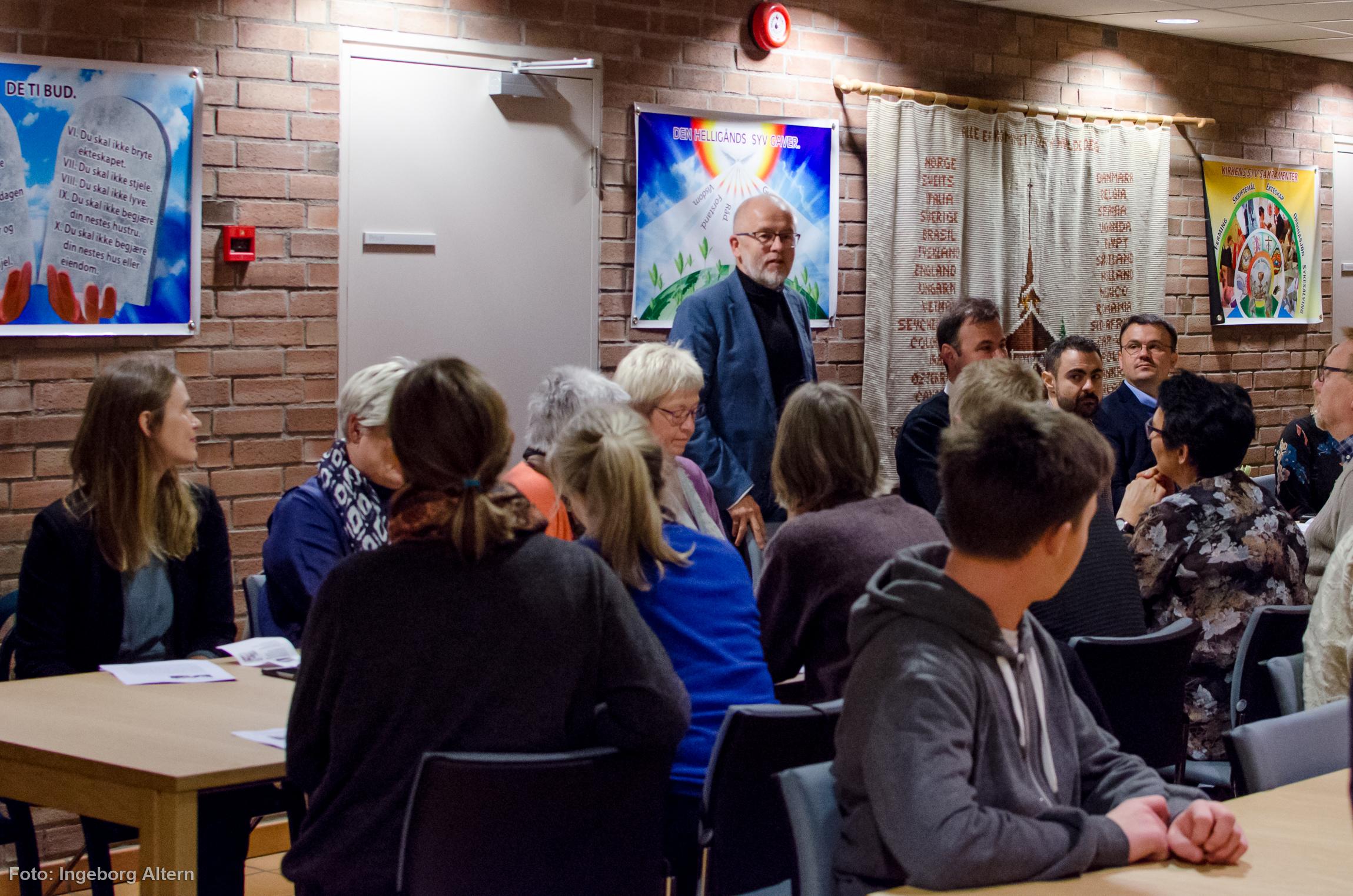 Ivar Flaten ønsket besøkende velkomne til middag i den katolske kirken. Foto: Ingeborg Altern Vedal