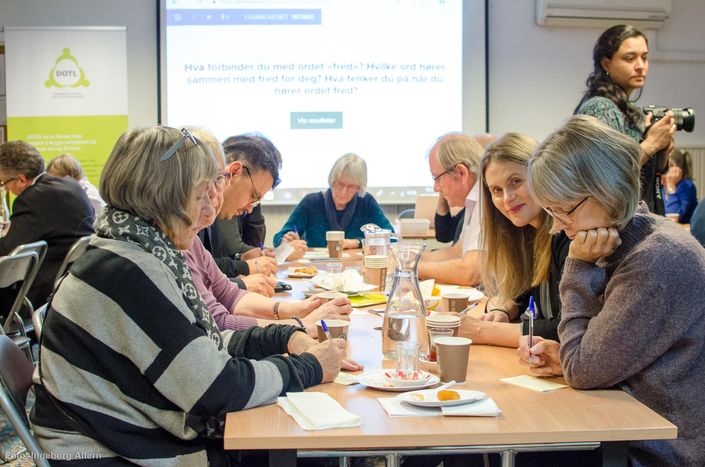 Deltakerne ble delt i grupper etter farge på bindersen de trakk. Foto: Ingeborg Altern Vedal