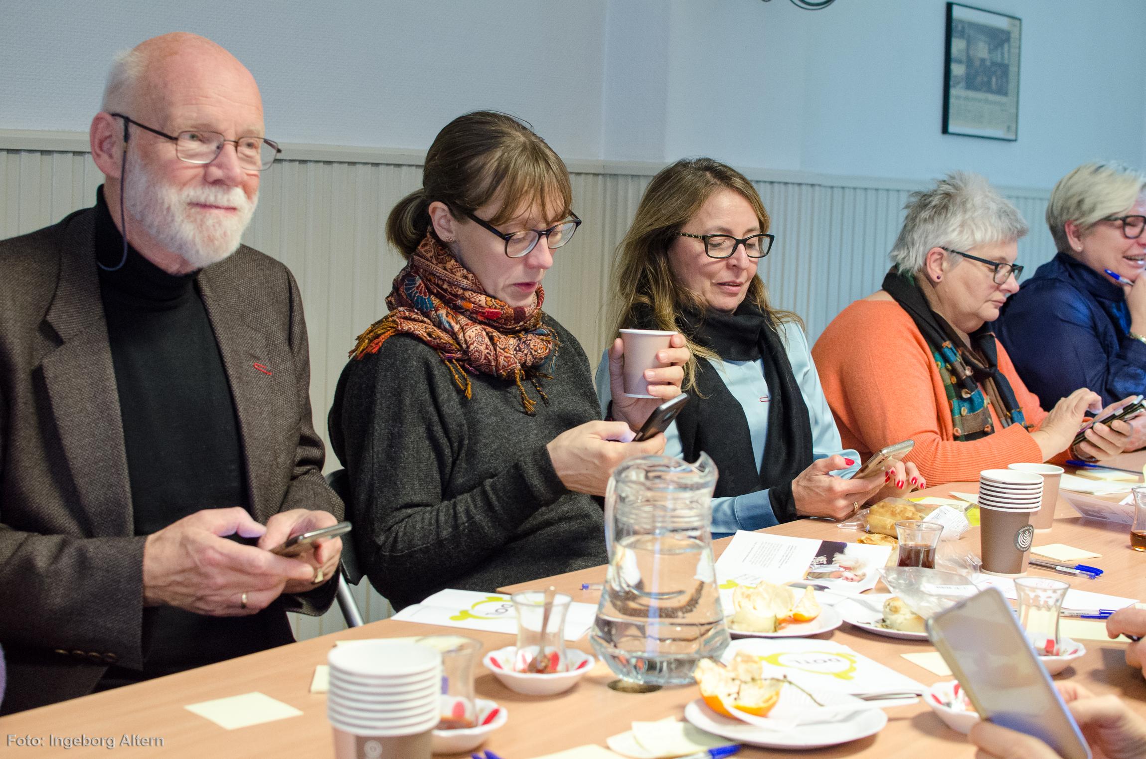 Å avgi svar via mobilen ser kanskje usosialt ut, men før svarene kunne avgis samtalte alle i gruppen. Foto: Ingeborg Altern Vedal
