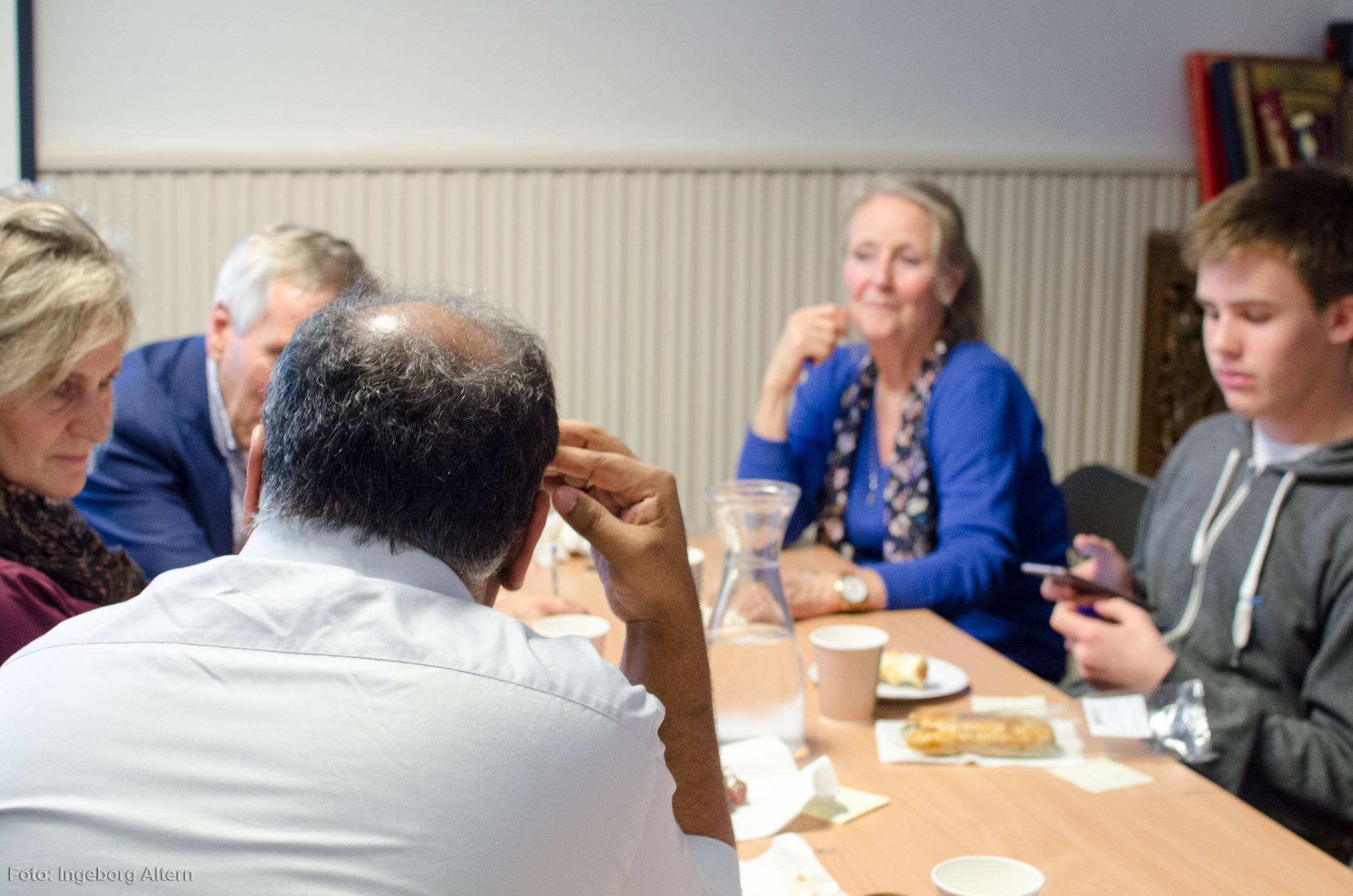 Ved å dele inn deltakerne i tilfeldige grupper ble mennesker som aldri har snakket sammen før kjent. Foto: Ingeborg Altern Vedal