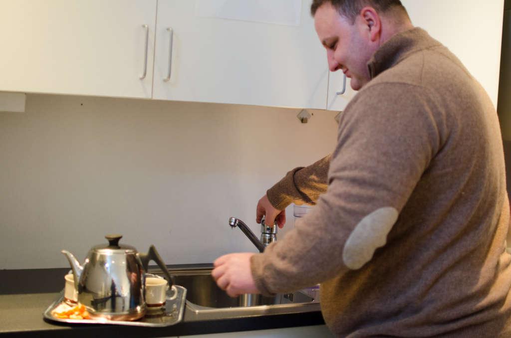 Moskeen er en ombygd leilighet med kjøkken der medlemmene kan tilbrede enkle måltider.