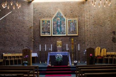 I katolske kirker er det ikke ring foran alteret.