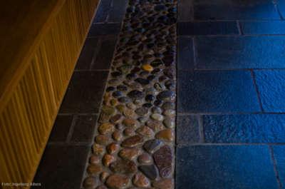 Langs veggene i kirkerommet er det treskjæringer av korsveien. Besøkende kan gå den steinete stien og følge Jesu sin vandring til korsfestelse.
