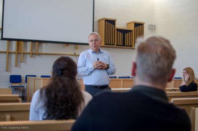I forsamlingssalen er det ikke alter og prekestol som i mange andre kirkerom, men ellers er det flere likeheter slik som benker å sitte på.