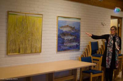 Sokneprest i Mjøndalen, Christine Holmsen Hjellum forteller om symbolikken i bildene i kirkestua i Mjøndalen kirke.