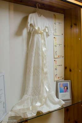 Babyer som blir døpt i Mjøndalen kirke kan låne denne dåpskjolen.