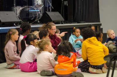 Annenhver tirsdag samles barn til aktiviteter i Elvescenen bak Filadelfiakirken.