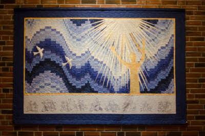 I forsamlingslokalet i første etasje på Norkirken henger flere veggtepper med religiøse motiv.